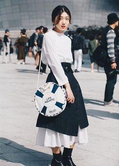 Top 40 streetstyle snaps from seoul fashion week by santosh chhantyal korean fashion trends, midi Korean Fashion Winter, Korean Fashion Casual, Korean Fashion Trends, Korean Street Fashion, Trendy Fashion, Fashion Outfits, Fashion Black, Simply Fashion, Winter Street Fashion