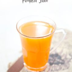 Perfect for Halloween (and every day), VERY easy to make: cut a piece of pumpkin (peeled), mix it, filter the juice, add agave syrup (or sugar or what you want) and drink! Harry Potter Food, Harry Potter Tumblr, Harry Potter Wedding, Harry Potter Hermione, Harry Potter Birthday, Pumpkin Juice, Healthy Food Alternatives, Healthy Recipes, Vegetarian Food