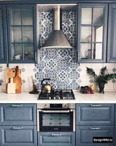Kacheln & Fliesen ♡ Wohnklamotte 5 easy ways to get a FRIENDS kitchen and a living room (Daily Dream Decor) pi. Home Decor Hacks, Diy Home Decor, Blue Kitchen Cabinets, Upper Cabinets, Decoration Bedroom, Vintage Tile, Rustic Kitchen Decor, Living Room Kitchen, Dream Decor