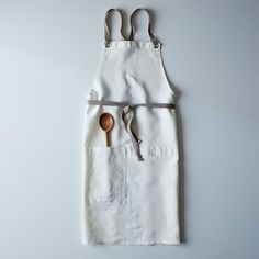 The perfect linen kitchen apron in the softest shade of grey.