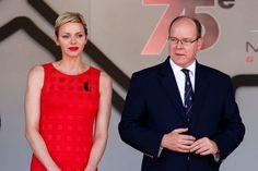 Cheveux blonds et bouche rouge, Charlène irradie à côté de son mari