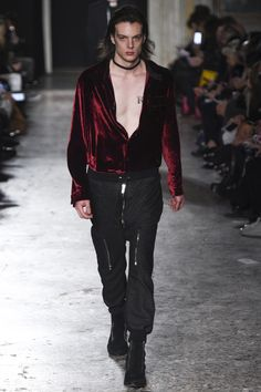See the complete Costume National Fall 2016 Menswear collection.
