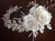 Tocado de novia de encaje bordado, strass, chaquira, 4to canutillo, perlas y cristales realizado en Martha Rek Accesorios.