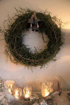 Sobere winter kerstkrans (mos en asparagustakken)