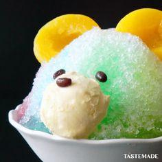 """Tastemade Japan テイストメイドジャパン on Instagram: """"【物言いたげな顔🐻】くまちゃんかき氷⠀ ⠀ スマホアプリはレシピを簡単に探せるよ📲⠀⠀ ダウンロードはプロフィールのURLをクリック👆⠀⠀ ⠀ ■材料⠀ 氷 適量⠀ かき氷シロップ(各色) 適量⠀ 黄桃 2個⠀ バニラアイス 適量⠀ あずき 3粒⠀ ⠀…"""" Tastemade Japan, Global Cooling, Dessert Recipes, Desserts, Japanese Food, Ice Cream, Nihon, Twitter, Drinks"""