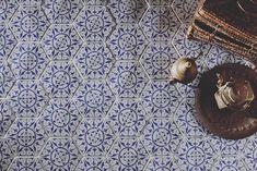 Hexagonfliesen mit orientalischem Falir von Cevica aus Spanien Tiles, Monogram, Michael Kors, Ceramics, Pattern, Sevilla Spain, Tile, Blue, Room Tiles