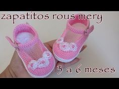 crochet baby shoes Crochet baby shoes always looks very beautiful and lovely. Today you have a chance to make adorable baby girl shoes in 20 minutes and keep your babys tiny feet war Crochet Baby Boots, Knit Baby Booties, Baby Girl Crochet, Crochet Shoes, Crochet Slippers, Knitted Baby, Baby Shoes Pattern, Baby Patterns, Baby Girl Shoes