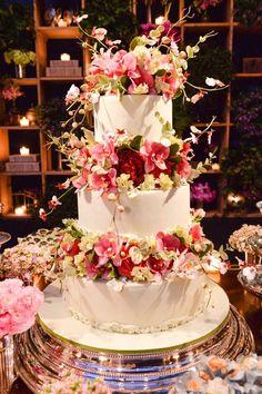 Indescribable Your Wedding Cakes Ideas. Exhilarating Your Wedding Cakes Ideas. Luxury Wedding Cake, Wedding Cake Rustic, Cool Wedding Cakes, Beautiful Wedding Cakes, Gorgeous Cakes, Wedding Cake Toppers, Dream Wedding, Gun Wedding, Wedding Gowns