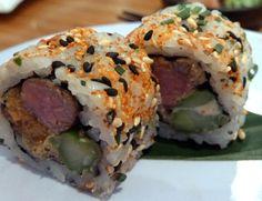 Ossenhaas, asperge, lente-ui en sesamzaad (Uramaki sushi)