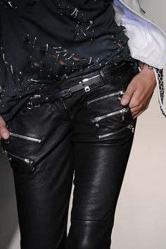 I am dying for this awesome edgy outfit! Black leather, zipper adorned pants paired with an edgy rocker-chic, destroyed tee covered in safety pins and a white leather, studded jacket to add that fresh POP! Glam Style, Style Me, Rock Style, Athleisure Trend, Fashion Moda, Fashion Week, Womens Fashion, Fashion Details, Look Fashion