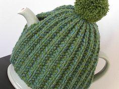Irsk tehætte. Enkel og nem tehætte, der passer til mange størrelser og let kan gøres større. Den er strikket i 2 halvdele, der sys sammen. Her i ren uld på pinde 4½.