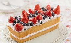 Lekkere cake met zomerfruit en slagroommousse voor de lange zomerse dagen