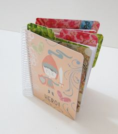 Tutorial paso a paso de un cuaderno scrapbook hecho a mano: http://cinderellatmidnight.com/2013/09/02/al-fin-esta-aqui-el-tutorial-paso-a-paso-de-como-crear-tu-propio-cuaderno-scrapbook/