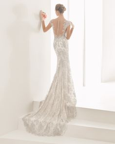 Lace wedding dress, in silver. Rosa Clará 2017 Collection.
