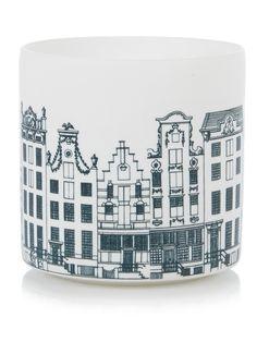 Witte waxinelichthouder van &Klevering, vervaardigd uit hoogwaardigporselein en gedecoreerd met een blauwe print van Amsterdamse grachtenpanden.