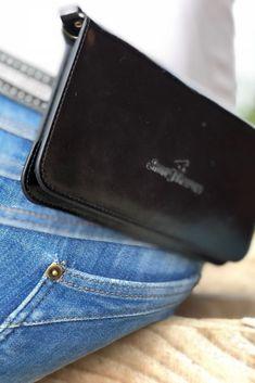Unsere Handytasche ist ein unverzichtbares Zubehör für alle Reiter, die sicher im Gelände unterwegs sein wollen und löst das Problem, dass man keinen Platz hat, sein Handy beim Reiten und im Stall sicher und jederzeit griffbereit zu verstauen. In braun oder schwarz passt die Tasche zu jedem stylischen Outfit und ist das perfekte Accessoire für deinen Look.  Die Tasche wird in einer schicken Schachtel angeliefert und ist damit das ideale Geschenk für Reiterinnen und Reiter. Mp3 Player, Outfit, Accessories, Brown, Black, Women Riders, Horseback Riding, Outfits, Kleding