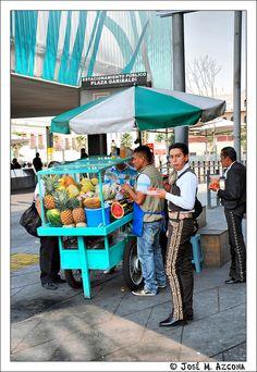 Mariachi (reponiendo fuerzas) con un delicioso  coctel de frutas frente a la Plaza Garibaldi en Ciudad de México