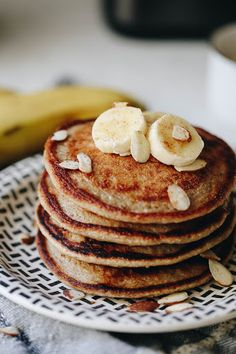 Weekend breakfasts just got so much easier with these Banana Oatmeal Blender Pancakes! Just throw all the ingredients into your blender and then cook on a skillet for delicious and healthy pancakes that taste just like banana bread! Banana Oatmeal Pancakes, Banana Oats, Chocolate Chip Oatmeal, Banana Bread, Oat Pancakes, Oat Muffins, The Healthy Maven, Healthy Food, Yummy Food