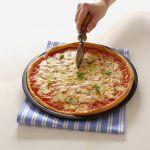 Mozzarella, pomodoro e basilico: in tre parole, la vera regina delle pizze, la Margherita. Scopri la ricetta originale su Sale&Pepe.