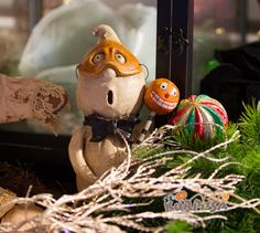 These figures are part of my every season decoration :) Chicken Lips is all about putting a smile on your face! David H. Everett´s  hand-sculpted creations run the gamut from barnyard animals to seasonal characters like pumpkins, skeletons, Santas, and snowmen. http://www.chickenlips.biz/