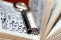 Jesús es la llave que abre la Biblia. Él es la clave que puede dar sentido a tu vida. LEE EL PENSAMIENTO COMPLETO EN: http://cpm.com.es/jesus-es-la-llave/