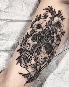tattoos on back for girls Skull Tattoo Flowers, Fern Tattoo, Flower Tattoos, Floral Skull Tattoos, Flower Skull, Bone Tattoos, Leg Tattoos, Body Art Tattoos, Sleeve Tattoos