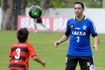 Portal da Agencia o Globo - Fotos do dia 12/10/13 Chicão, jogador do Flamengo, e seu filho, durante treino
