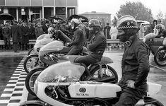 Motorcycle Racers, Retro Motorcycle, Classic Motorcycle, Vintage Biker, Vintage Racing, Yamaha Motorcycles, Moto Guzzi, Biker Girl, Road Racing