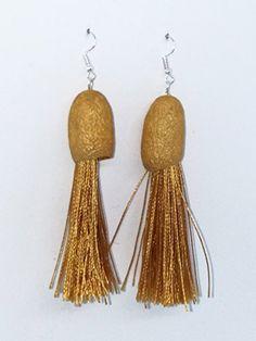 Pendientes de seda y flecos en color dorado. Color Dorado, Drop Earrings, Jewelry, Fashion, Dyed Silk, Bangs, Earrings, Colors, Moda