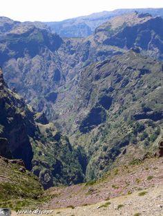 Madeira, la perle de l'Atlantique… Circuit Est : Santa-Cruz • Machico • Ponta de São • Lourenço • Porto da Cruz • Santana • Faial • Ribeiro Frio • Pico de Arieiro • Camacha