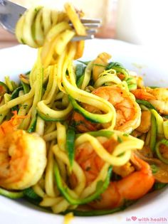 This delicious, healthy scampi and zucchini pasta recipe is a perfect summer dish! Super easy, ideal for a quick healthy lunch, dinner or even on the BBQ! Zucchini Pasta Recipes, Veggie Pasta, Bbq Zucchini, Pesto Pasta, Quick Healthy Lunch, Healthy Eating, Happy Foods, Sin Gluten, Gluten Free