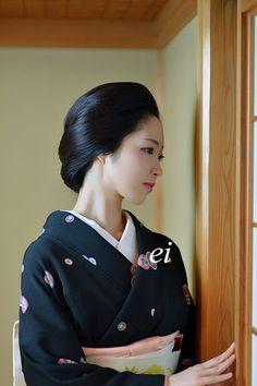 Geiko(Geisha). Toshikana. She is a Karage style. Karage is a casual style of Geiko