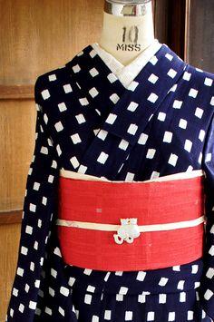 紺地に白のスクエアドットが浮かぶレトロモダンなデザインが染め出された、涼やかな紅梅地の浴衣です。