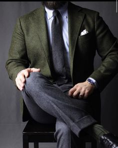 Gentleman style 200550989645507672 - love the olive blazer paired with darker grey trousers and tie Source by gentlemanwithin Gentleman Mode, Gentleman Style, Mode Masculine, Mens Fashion Suits, Mens Suits, Classy Suits, Grey Trousers, Herren Outfit, Suit And Tie