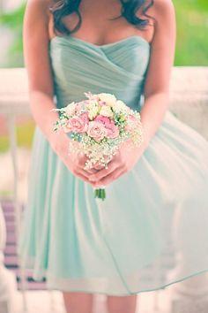 Vestido para madrinha de casamento em verde menta. Observe como combina perfeitamente com flores em outros tons!