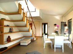 Originales estanterias aprovechando espacio debajo de escaleras