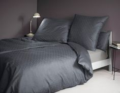 Tolle Bettwäsche »Zed« der Marke Zucchi. Diese Bettwäsche wirkt mit dem Rautenmotiv und den zwei verschiedenen Qualitäten besonders hochwertig - die Vorderseite ist aus Jaquard-Gewebe und die Wendeseite aus Mako-Satin gefertigt. Beide Stoffe werden aus 100% Baumwolle hergestellt, sind dadurch atmungsaktiv, hautfreundlich und pflegeleicht. Der Kissenbezug und der Bettbezug ist mit einem praktisc...