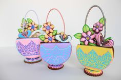 A step-by-step cookie decorating tutorial by Ultimate Cookies author Julia M Usher. Learn how to make stenciled cookie baskets. Flower Cookies, Easter Cookies, Fun Cookies, Cupcake Cookies, Sugar Cookies, Cookies Et Biscuits, Decorated Cookies, Cookie Baskets, Cookie Tutorials