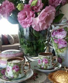 Coffee Vs Tea, Coffee And Books, Coffee Cafe, Wine Drinks, Coffee Drinks, Chocolates, Breakfast Tea, Turkish Coffee, Vintage Tea