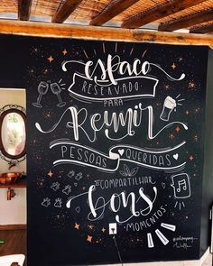 Chalkboard: tutorials and 75 incredible suggestions to bet on this idea Blackboard Art, Chalkboard Lettering, Chalkboard Designs, Herbalife Shake Recipes, Chalk Wall, Chalk Board, Large Christmas Baubles, Lettering Tutorial, Blackboards