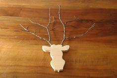 Trophée en forme de tête de cerf. En sapin et branches d'arbres :)