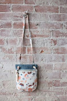 Free sewing pattern: Forage Bag in two sizes This small bag is perfect for when you want to travel light! Anna from Noodlehead has a free pattern for making it. It has just enough room to carry a wallet and phone, but it's still small … Purse Patterns Free, Bag Pattern Free, Bag Patterns To Sew, Pattern Sewing, Wallet Pattern, Pattern Ideas, Messenger Bag Patterns, Fabric Bags, Fabric Basket