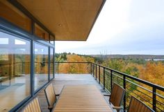 Glen Lake Tower is a sustainable retreat completed in 2011 by Balance Associates Architects, located high on a wooded hilltop above a lake in Michigan. Modern Architecture House, Architecture Design, Lago Michigan, Michigan Usa, Glen Lake, Tower House, Wooden House, Stunning View, Exterior