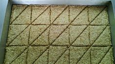 1 1/2 φλ. μέλι 2 φλ. σουσάμι λίγο σπορέλαιο Συνταγές με άρωμα και γεύση για μικρά και μεγάλα παιδιά !! Εκτέλεση συνταγής Καβουρδίζουμε το σουσάμι σε μέτριο φούρνο για 5 με 10 λεπτά και στη σ... Greek Desserts, Greek Recipes, The Kitchen Food Network, Greece Food, Food Network Recipes, Cooking Recipes, Sweetest Day, Protein Bars, Sweets