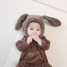 Dumtruqt Dumturk Today Ubin is 180 days old. I wore an initial suit as a commemo… Dumtruqt Dumturk Heute ist Ubin 180 Tage alt. Ich trug einen ersten Anzug als Gedenkgeschenk. Cute Kids Pics, Cute Baby Girl Pictures, Cute Baby Boy, Cute Little Baby, Little Babies, Baby Kids, Baby Boy Newborn, Cute Asian Babies, Korean Babies