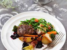 Mniamm... Danie główne: Jagnięcina podana z grillowanymi ziemniakami, fasolką szparagową, włoską kapustą, świeżymi warzywami i sosem z aronii - Wiesław Bober