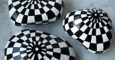 Pedra lisa e limpa  Tinta acrílica ou tinta para artesanato ao ar livre  Pincéis  Paleta ou um prato  Verniz em spray com acabamento tr...