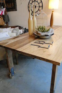Mesa de comedor en madera de Laurel con ruedas.