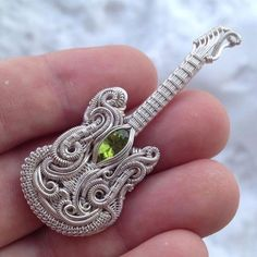 Tgats amazing Clearer picture of this guitar inspired pendant with peridot Music Jewelry, Jewelry Art, Beaded Jewelry, Handmade Jewelry, Jewellery, Macrame Necklace, Handmade Wire, Diy Schmuck, Schmuck Design