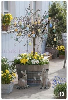 Die besten 27 DIY Frühling Veranda Dekorieren Projekte Easter eggs tree was planted in an old wine barrel, the best 27 DIY spring porch decorating projects Diy Spring, Spring Crafts, Egg Tree, Diy Ostern, Deco Floral, Diy Décoration, Easter Party, Porch Decorating, Decorating Ideas